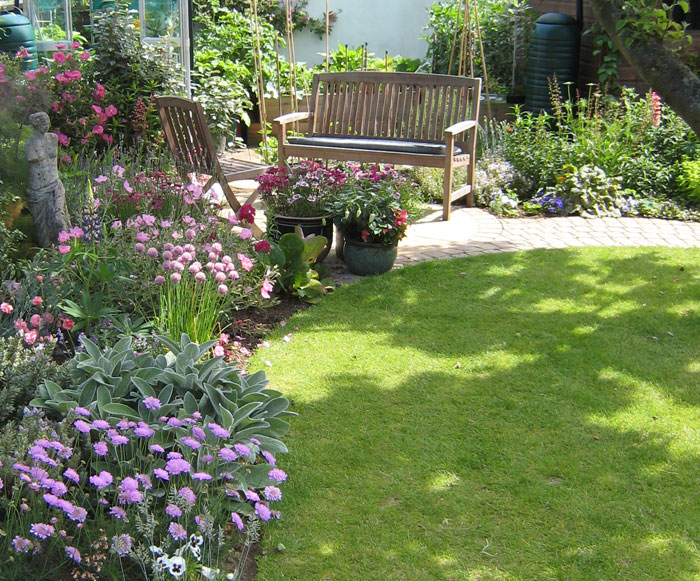 Christine lees garden design a garden in bedfordshire for Small area planting ideas